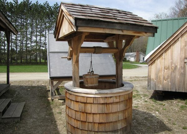 4x4 Wishing Well with rotating crank